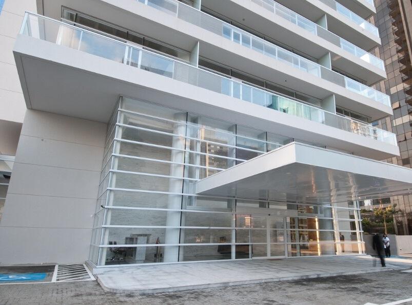 Conjunto comercial novo no Brooklin com 48,80m² área útil em vão livre e vaga em edifício moderno. R$ 585.600,00
